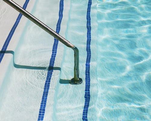 piscina escaleras